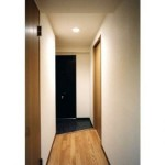 玄関はセンサー付照明です。