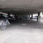 建物下の駐車場
